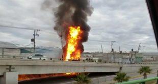 Pipa vuelca y se incendia sobre la México-Pachuca