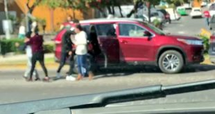 Despojan sujetos a familias de sus camionetas; lo captan en video
