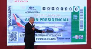 Presenta AMLO el 'cachito' para la rifa de avión presidencial