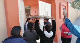 Padres se manifiestan por no poder entregar almuerzo a niños, en Tula